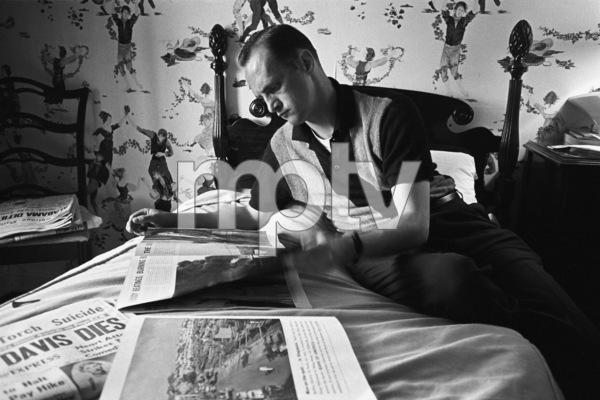Bob Newhart in his bungalow at the Beverly Hills Hotel1961© 1978 Sid Avery - Image 0092_0500