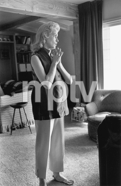 Janet Leigh at home before the birth of her first daughter Kelly Curtis 1956 © 1978 Sid Avery - Image 0194_0074