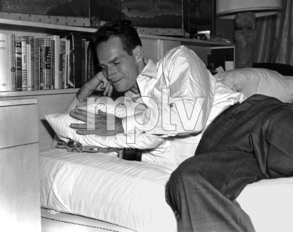 Charlton Heston with his Oscar, 1960.**I.V. - Image 0527_0453