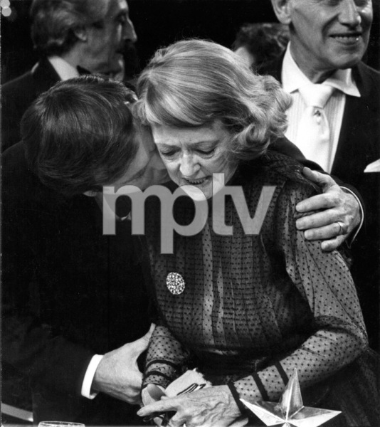 Bette Davis receives AFI lifetime achievement award, Robert Wagner congratulating, 3/1/1977.** I.V. - Image 0701_2217