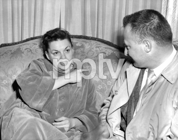 Judy Garland alleging she was struck by Ben Maksik, owner of the Town and Country club in New York 1958 ** I.V. - Image 0733_2202