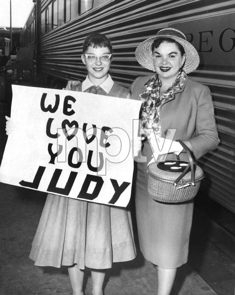 Judy Garland her the president of her fan club, Joan Finkler, 1958, I.V. - Image 0733_2225