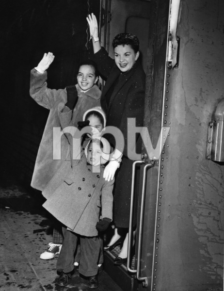 Judy Garland and her children, Lorna Luft, Liza Minnelli and Joey Luft, arriving in New York 1958** I.V. - Image 0733_2269