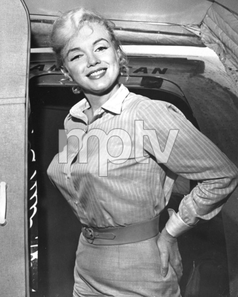 "Marilyn Monroe boarding an American Airlinesflight to Los Angeles to complete work on""The Misfits,"" 1960. - Image 0758_0793"