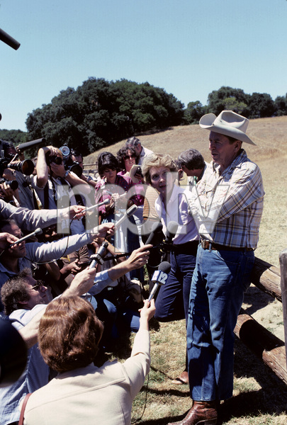 Ronald Reagan with wife, Nancy Reagan, and the press at Rancho del Cielo in Santa Ynez, CA1980© 1980 Gunther - Image 0871_1595