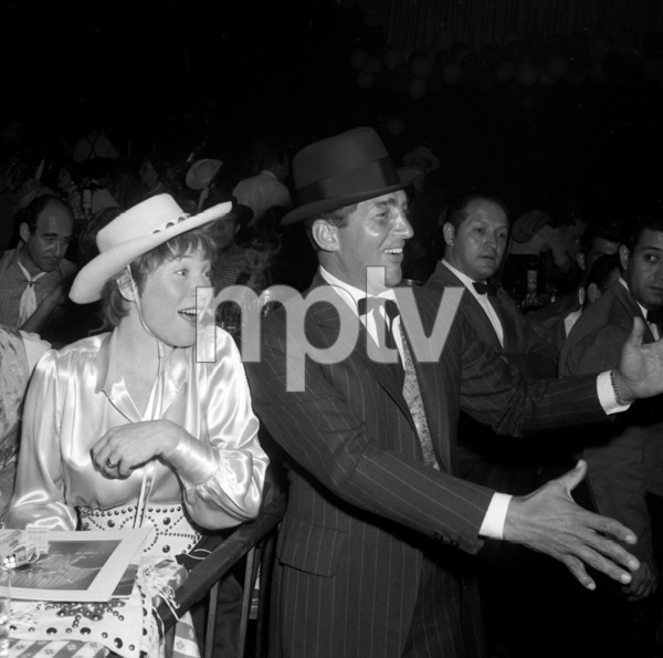"""Share Party""Shirley MacLaine, Dean Martin1960 © 1978 David Sutton - Image 10730_0008"