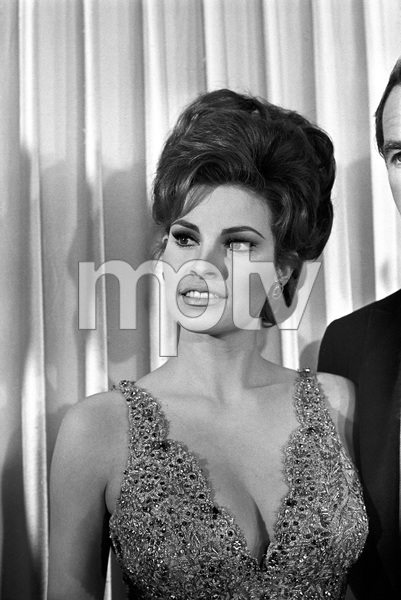 """""""The 39th Annual Academy Awards""""Raquel Welch1967 © 1978 Gunther - Image 1808_0050"""