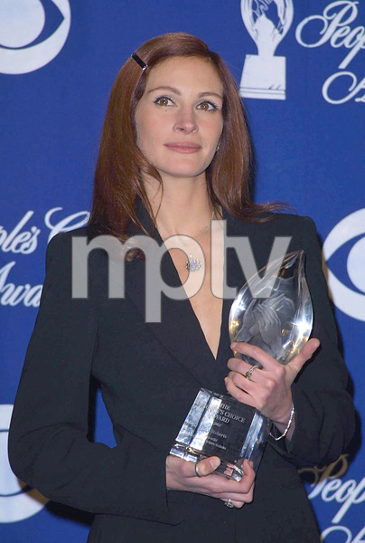 Julia Roberts wins for favorite actress in a motion picture at the 28th annual Peoples Choice awards in Pasadena California 1/13/02 © 2002 Glenn Weiner - Image 19804_0116