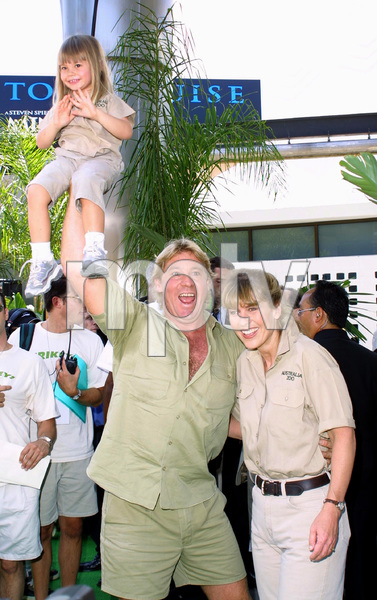 """""""The Crocodile Hunter: Collision Course"""" Premiere6/29/02Steve Irwin with wife Terri and daughter © 2002 Glenn Weiner - Image 20304_0127"""