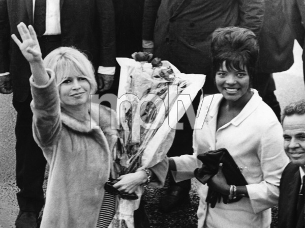 Brigitte Bardot with Vera Lucia Coute in Rio de Janeiro1964 - Image 2043_0150
