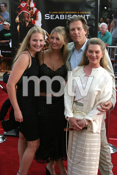 """""""Seabiscuit"""" Premiere 7-22-03Jeff Bridges and family - Image 21344_0040"""
