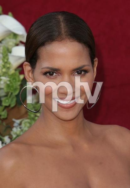 """The 57th Annual Primetime Emmy Awards""Halle Berry09-18-2005 / Shrine Auditorium / Los Angeles, CA - Image 21590_1143"
