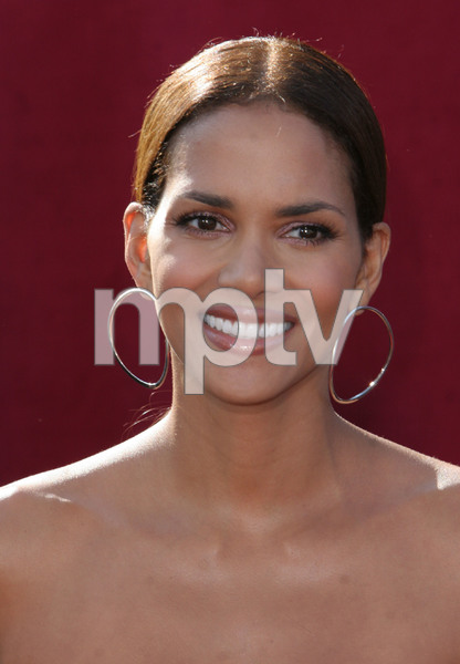 """The 57th Annual Primetime Emmy Awards""Halle Berry09-18-2005 / Shrine Auditorium / Los Angeles, CA - Image 21590_1144"