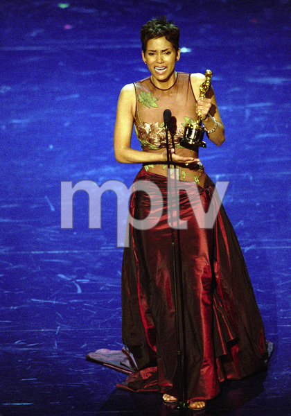 """""""74th Annual Academy Awards"""" 03/24/02Halle Berry © 2002 AMPAS/MPTV - Image 21725_0003"""