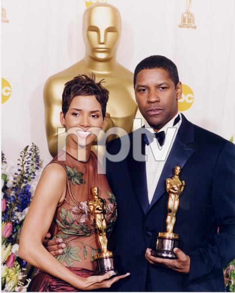 """74th Annual Academy Awards"" 03/24/02Halle Berry & Denzel Washington © 2002 AMPAS - Image 21725_0004"