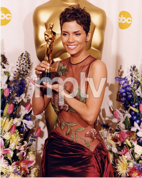 """74th Annual Academy Awards"" 03/24/02Halle Berry © 2002 AMPAS/MPTV - Image 21725_0005"