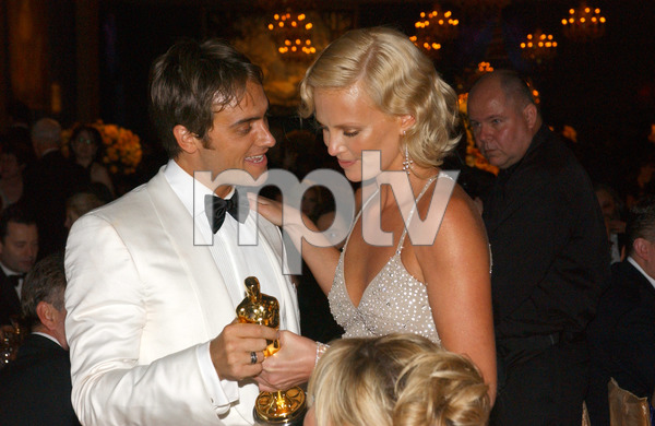 """""""76th Annual Academy Awards"""" February 29, 2004Stuart Townsend & Charlize Theron © 2004 AMPAS - Image 21781_0037"""