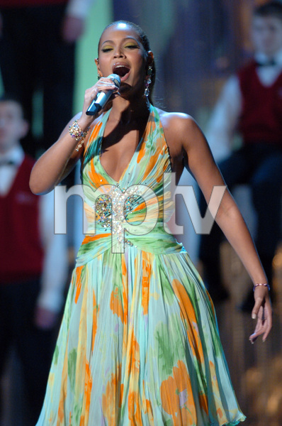 """Beyonce performs the Academy Award nominated song """"Look to Your Path (Vois Sur Ton Chemin)"""" during the 77th Annual Academy Awards at the Kodak Theatre in Hollywood, CA on Sunday, February 27, 2005.  HO/AMPAS - Image 22270_0158"""