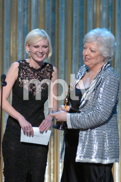 Thelma Schoonmaker accepts the Academy Award for Achievement in Film Editing from Kirsten Dunst during the 77th Annual Academy Awards at the Kodak Theatre in Hollywood, CA on Sunday, February 27, 2005.  HO/AMPAS - Image 22270_0185