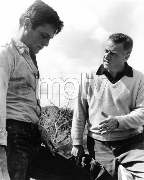 """Tony Curtis and director Stanley Kramer during the making of """"The Defiant Ones""""1958 MGM** I.V. - Image 24287_0123"""