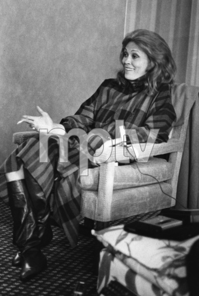 "Faye Dunaway in New York following a screening of ""Mommie Dearest"" 1981 ** I.V. - Image 24287_0141"