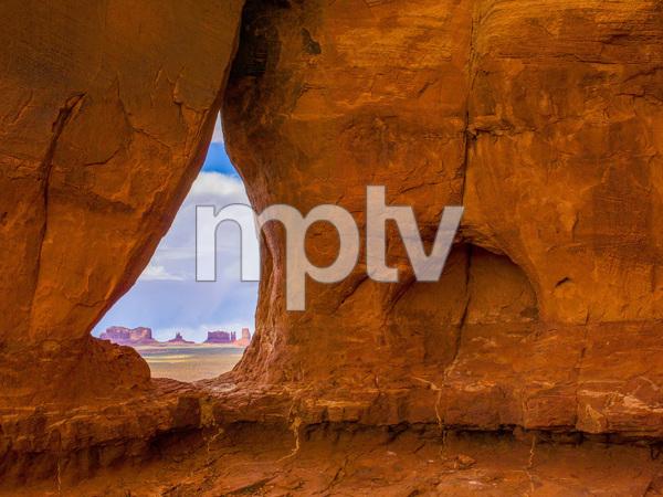 Teardrop window in Monument Valley, Utah2015© 2017 Viktor Hancock - Image 24366_0071