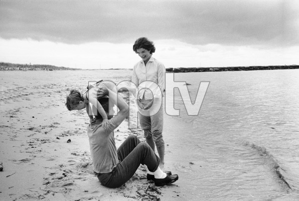 Caroline Kennedy, Jacqueline Kennedy and John F. Kennedy at Hyannis1959 © 2000 Mark Shaw - Image 2554_0056