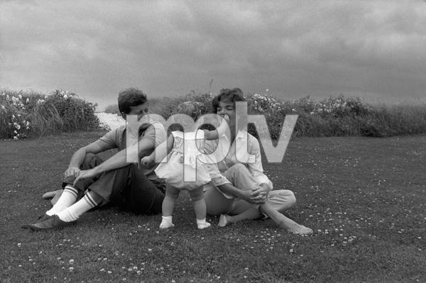 John F. Kennedy, Jacqueline Kennedy, Caroline Kennedy at Hyannis 1959 © 2000 Mark Shaw - Image 2554_0065