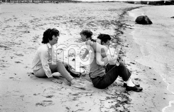 John F. Kennedy with wife Jacqueline and Carolineat Hyannis 1959 © 2000 Mark Shaw - Image 2554_0106
