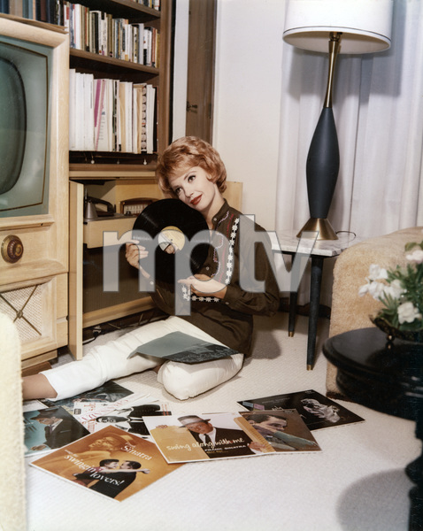 Barbara Rush at home listening to her Frank Sinatra record albums1962 © 1978 Ted Allan - Image 2896_0009