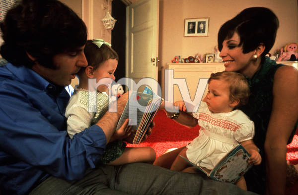 2995-60 JOAN COLLINS,HUSBAND ANTHONY NEWLEYAND THEIR CHILDREN / 1968 © 1978 BOB WILLOUGHBY / MPTV - Image 2995_60
