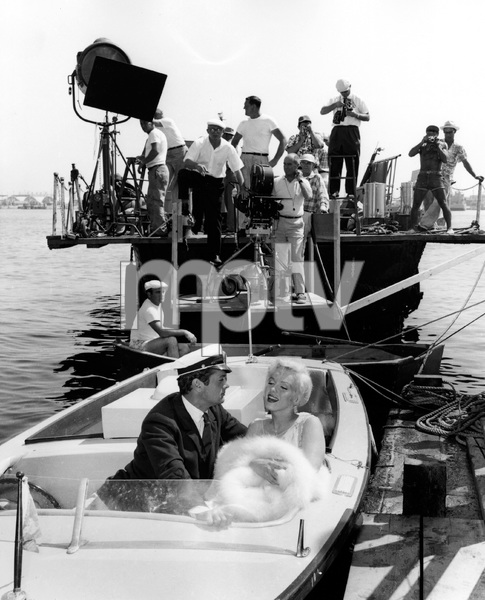 Tony Curtis, Marilyn Monroe, Billy Wilder and crew of SOME LIKE IT HOT, UA, 1959, I.V. - Image 3733_0151