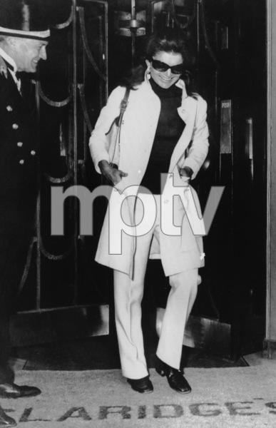 Jacqueline Kennedy-Onassisleaving Claridge
