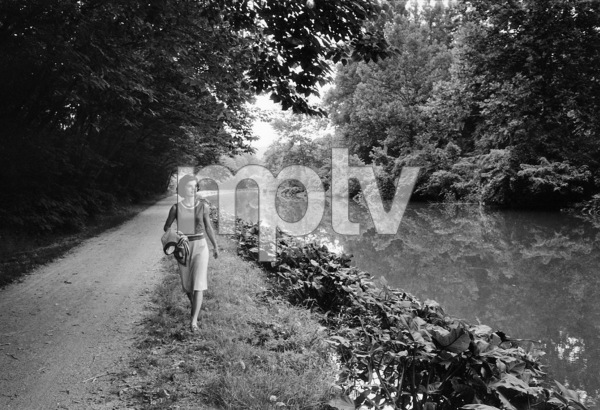 Jacqueline Kennedy walking along the canal in Georgetown midmorning1959 © 2000 Mark Shaw - Image 4027_0054