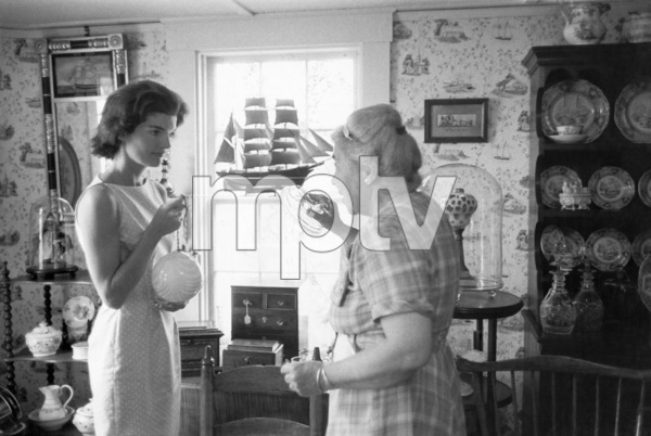 Jacqueline Kennedy shopping in Georgetown circa 1960 © 2008 Mark Shaw - Image 4027_0144