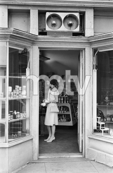 Jacqueline Kennedy shopping in Georgetown1959© 2012 Mark Shaw - Image 4027_0172