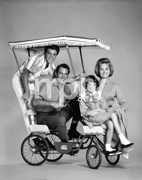 """""""The Donna Reed Show""""Donna Reed, Paul Petersen, Carl Betz, Patty Petersen1963 © 1978 Sid Avery - Image 5094_0101"""