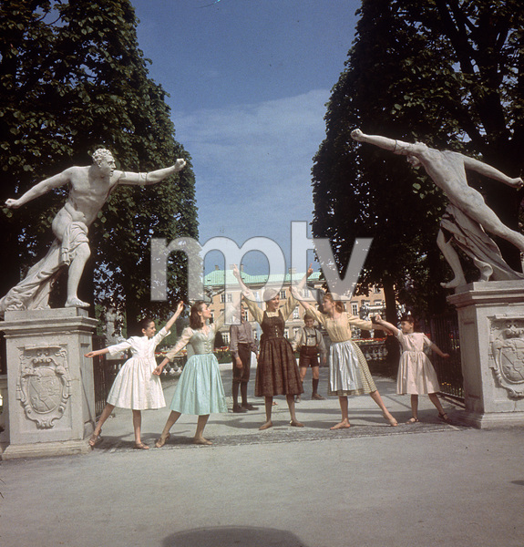 """The Sound of Music""Angela Cartwright, Charmian Carr, Nicholas Hammond, Julie Andrews, Duane Chase, Heather Menzies, Debbie Turner1965 20th Century Fox - Image 5370_0194"