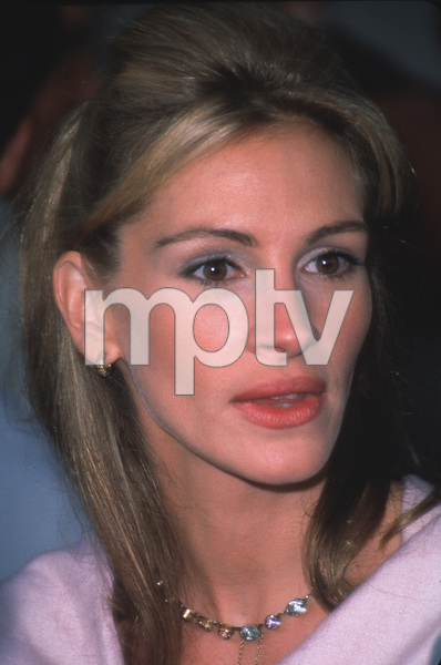"Julia Roberts at the ""Runaway Bride"" Premiere.7/25/99. © 1999 Weiner - Image 5598_0018"