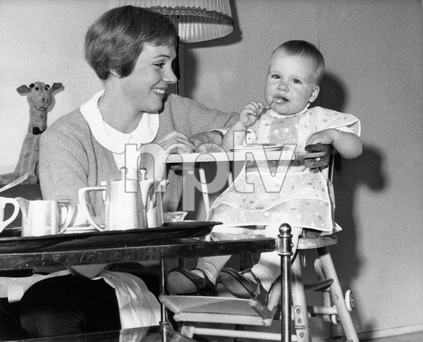 Julie Andrews and daughter Emma, 1964, I.V. - Image 5722_0197