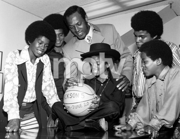 "Jackson 5Jermaine, Jackie, Elgin Baylor, Michael, Tito and Marlon Jackson at the promo for their concert ""The Forum"" circa 1972Photo by Larry Kastendiek - Image 7670_0032"